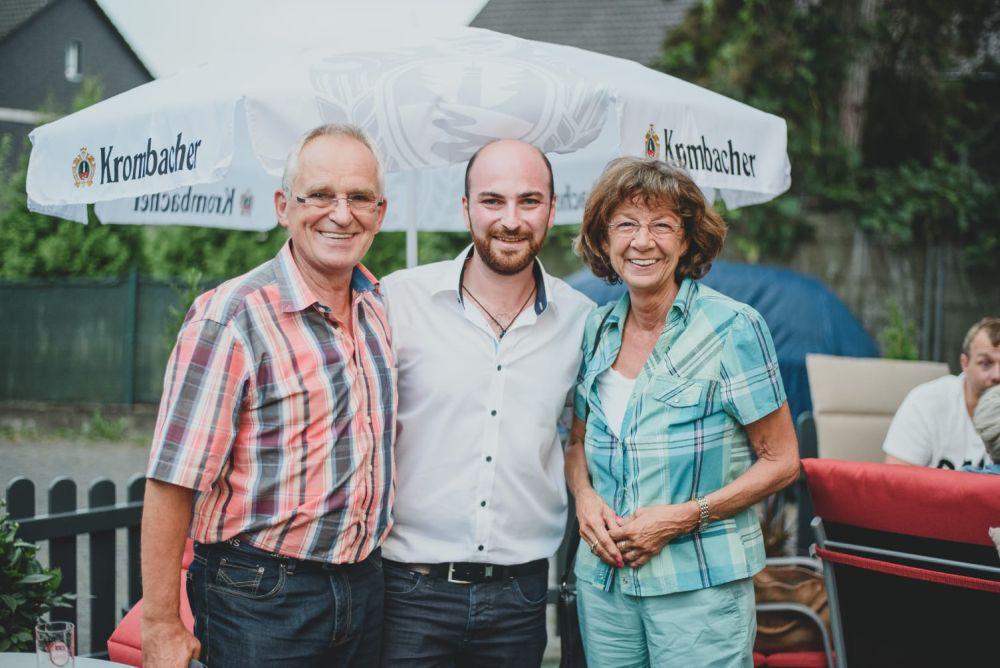 Inhaber Georgios Tsikriktsis mit seinen Gästen im Aussenbereich - Agapi Grichisches Restaurant Leverkusen